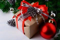 Il Natale ha decorato il contenitore di regalo con il nastro rosso Fotografie Stock Libere da Diritti
