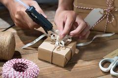 Il Natale ha decorato il contenitore di regalo sopra fondo di legno Vista dalla a Fotografia Stock