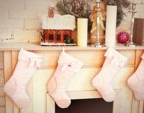 Il Natale ha decorato il posto del fuoco con i calzini Fotografia Stock