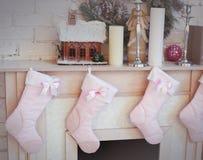 Il Natale ha decorato l'albero con i presente cervi e sofà Immagine Stock Libera da Diritti