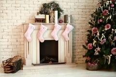 Il Natale ha decorato l'albero con i presente cervi e sofà Fotografia Stock Libera da Diritti
