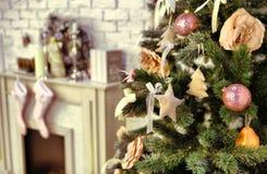 Il Natale ha decorato l'albero con i presente ed i cervi Immagini Stock Libere da Diritti