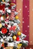 Il Natale ha decorato l'albero, tempo di festa Fotografia Stock