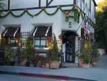 Il Natale ha decorato l'entrata con le luci di festa, bandiera americana del boutique Fotografie Stock Libere da Diritti