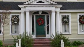 Il Natale ha decorato l'entrata della casa Immagini Stock Libere da Diritti