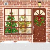 Il Natale ha decorato la porta, entrata della casa con la corona Immagini Stock