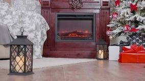 Il Natale ha decorato la stanza con le grandi ghirlande davanti ad un camino piacevole archivi video