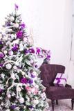 Il Natale ha decorato la stanza leggera Fotografie Stock