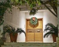 Il Natale ha decorato la vista di notte dell'entrata della casa Fotografie Stock Libere da Diritti