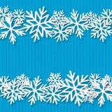 Il Natale ha tricottato il fondo con i fiocchi di neve di carta Immagine Stock Libera da Diritti