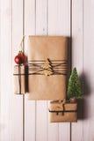 Il Natale handcraft i contenitori di regalo su fondo di legno Fotografia Stock
