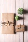 Il Natale handcraft i contenitori di regalo su fondo di legno Fotografia Stock Libera da Diritti