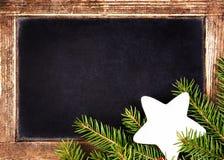 Il Natale incornicia con Holly Decoration sulla lavagna d'annata.  R Fotografia Stock Libera da Diritti