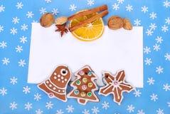 Il Natale incornicia con i biscotti e le decorazioni del pan di zenzero Immagine Stock