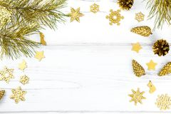 Il Natale incornicia con i rami di albero dell'abete, le pigne e gli ornamenti dorati su fondo di legno bianco, spazio della copi Fotografie Stock Libere da Diritti