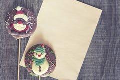 Il Natale incornicia con le figure del cioccolato Fotografia Stock