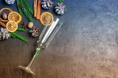 Il Natale incornicia dai rami e dalle decorazioni di albero dell'abete su fondo nero con spazio per testo Buon Natale e buon anno fotografia stock