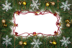 Il Natale incornicia fatto dei rami dell'abete decorati con le campane delle palle e dei fiocchi di neve isolati su fondo bianco Fotografia Stock
