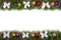 Il Natale incornicia fatto dei rami dell'abete decorati con le perle delle palle e degli archi dell'argento isolati su fondo bian Immagini Stock Libere da Diritti
