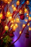 Il Natale ingiallisce le lanterne e le campane sui rami fotografia stock libera da diritti