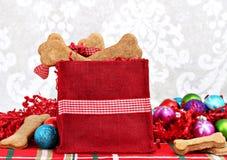 Il Natale insacca riempito di biscotti per cani a forma di osso casalingo. Fotografia Stock