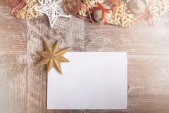 Il Natale lo segna con il arround degli ornamenti con lettere Fotografie Stock Libere da Diritti