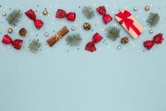 Il Natale modella sulla carta blu di festa Fotografie Stock Libere da Diritti