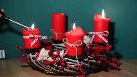 Il Natale moderno si avvolge con quattro candele rosse su superficie di legno con fondo verde immagini stock libere da diritti
