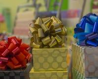 Il Natale o i regali di compleanno presenta la scatola dorata con rosso blu e Fotografia Stock Libera da Diritti