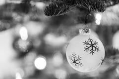 Il Natale orna pendere da un albero di Natale in bianco e nero Immagine Stock