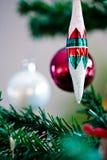 Il Natale orna pendere da un albero di Natale Fotografia Stock