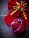Il Natale piega la bagattella sul concetto di feste del bordo di legno Fotografia Stock Libera da Diritti