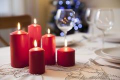 Il Natale presenta con le candele a casa Immagine Stock Libera da Diritti