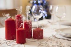 Il Natale presenta con le candele a casa Fotografie Stock