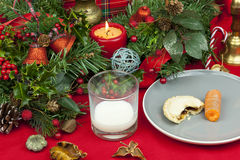 Il Natale presenta con un bicchiere di latte e un mince pie Immagini Stock