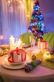 Il Natale presenta tradizionalmente la regolazione con le candele ed il pan di zenzero Fotografie Stock