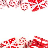 Il Natale raddoppia il confine dei regali e delle caramelle rossi e bianchi Fotografia Stock Libera da Diritti