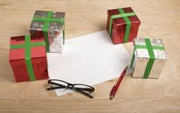 Il Natale riduce in pani con il regalo nel fondo di legno Fotografia Stock