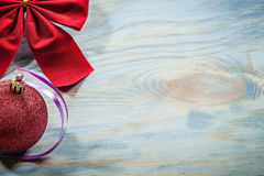 Il Natale rosso annoda la palla sul concetto di feste del bordo di legno Immagine Stock