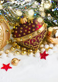 Il Natale rosso ed il cuore dorato con evegreen l'albero Immagine Stock