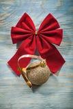 Il Natale rosso piega la palla dorata sul conce delle celebrazioni del bordo di legno Immagine Stock Libera da Diritti