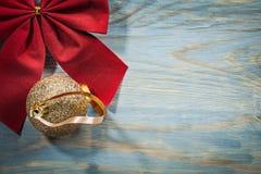 Il Natale rosso piega la palla dorata sulla festa dello spazio della copia del bordo di legno Fotografie Stock