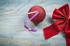 Il Natale rosso piega la palla sul concetto di feste del bordo di legno Fotografie Stock