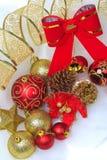 Il Natale rosso si piega, palle di Natale con il nastro dorato Fotografie Stock Libere da Diritti