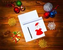 Il Natale segna, elenca, congratulazioni su un fondo di legno, Fotografia Stock Libera da Diritti