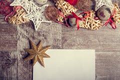 Il Natale segna su fondo di legno con il arround degli ornamenti Fotografia Stock