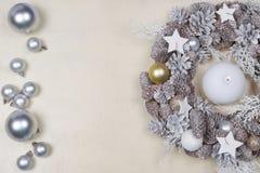Il Natale si avvolge e presente su fondo di legno immagini stock