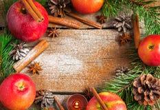 Il Natale si avvolge fatto dei rami dell'abete, coni, mele rosse Immagini Stock Libere da Diritti