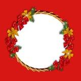 Il Natale si avvolge fatto di rosso e nastri dell'oro, ramo del pino e posto per il vostro testo Immagini Stock