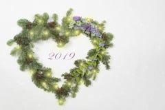 Il Natale si avvolge nella forma del cuore con i fiori fotografia stock